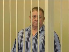 За решеткой — бывший мэр Усть-Илимска Валерий Ташкинов, который обвинялся  в получении крупной взятки. Взятка — это плохо, но это не то преступление, которое требует держать человека в клетке,  как собаку