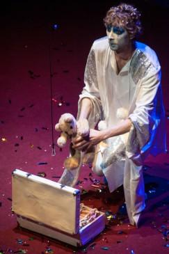 Белый клоун в спектакле «Смер- тельный номер».