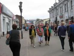 Китайские дамы средних лет гуляют по Иркутску. В периодправления Мао границы Китая былизакрыты, нов 1997 году правительство Китая предоставило своим гражданам полную свободу выезда.И китайцы начали путешествоватьпо миру