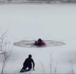 На этих кадрах — вся история опасной переправы и чудесного спасения. Вот лед проломился под супругами — Павлом и беременной Еленой. Рустам, который вместе с ними переходил Иркут, наклоняется, протягивает руки, пытаясь им помочь (первое фото). Но лед ломается и под ним — все трое оказываются в ледяной воде (второе фото). На третьем кадре наш герой Константин уже скользит аккуратно на коленях к пролому. Видеозапись сделали очевидцы, они же помогли согреть спасенных и развезли их по домам
