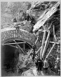 В самом сложном положении оказалась разработка тоннелей. Большая часть тоннелей пробивалась ручным способом. Импортные электро- и пневмоперфораторы оказались малопроизводительными. Кроме того, в тяжелые условия строителей поставило и геологическое строение местности. Им пришлось считаться с огромным количеством продольных и поперечных трещин в горных породах, некоторые тоннели вести через скрытые обвалы с громадными щелями.