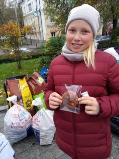 В знак признательности за отзывчивость и неравнодушие 10-летняя Маша из поселка Хомутово получила пряник — домашний, аппетитный, с шоколадом и цветными драже.