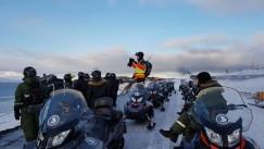 За восемь дней экстремальные путешественники должны преодолеть от 750 до 1000 километров пути на снегоходах.
