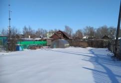 Здесь, на месте этого огорода, располагалось некогда здание контрольно-пропускного пункта СибЛОНа, через который заключенные уходили на работу и возвращались из шахты.