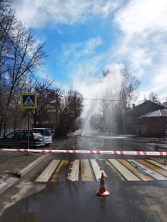 Коммунальная авария произошла 24 апреля на перекрестке улиц Карла Либкнехта и Подгорной в Иркутске. Струя воды вырывалась из-под земли на высоту выше 2-этажного здания. По тревоге прибыли энергетики, они перекрыли давление в магистрали, но еще некоторое время вода текла по проезжей части и тротуарам