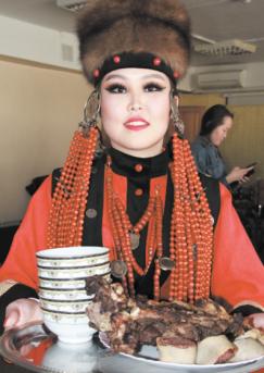 Любовь Ханхасаева с блюдами, приготовленными для обряда