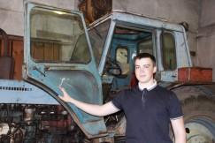 Десятиклассник Андрей Ерошенко уже свободно  водит трактор