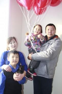 Анна Патожаргалова и её супруг Олег с детьми в своей новой квартире
