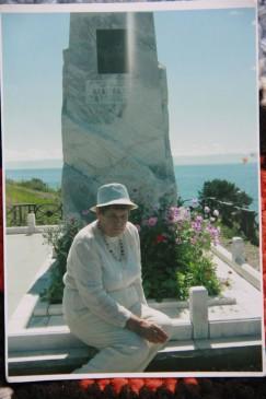 Вера Семёнова в Листвянке, возле памятника Вампилову. Вот уже 20 лет она одна высаживает здесь цветы
