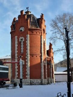 Один из символов Слюдянки — водонапорная башня была построена в 1900 году из кирпича, который прадед нашей героини Яков Баглай производил на своем кирпичном заводе в Култуке. Земляки до сих пор любуются делами его рук