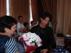 Эвклид Кюрдзидис вновь получил от своей поклонницы Нины  (на фото — слева) увесистый и душевный подарок