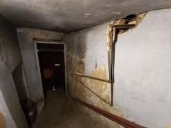 Вот такой ужасающий вид каждый день наблюдают жители дома № 37 на улице Тимирязева. С потолка кусками падает штукатурка, лестница постепенно разрушается. Не скажешь, что этот дом стоит в самом центре Иркутска, который уже давно привели в порядок