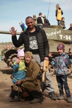 Муж и дети Елены Хромых приехали на полигон, чтобы оказать моральную поддержку.