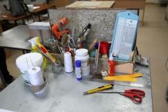 Вот так выглядит инструментарий книжного реставратора. Здесь не только специальные приспособления и инструменты для реанимации печатной продукции, но и бытовые, адаптированные под цели специалистов. Например, бумагу они тонируют обычной заваркой, а страницы библиотечных книг проклеивают ПВА. Для старинных же книг реставраторы собственноручно варят клейстер из муки, кукурузного крахмала с добавлением желатина. Или используют костный клей, который сразу схватывается. Для сшивания страниц берут хлопчатобумажную нить и хирургические иглы
