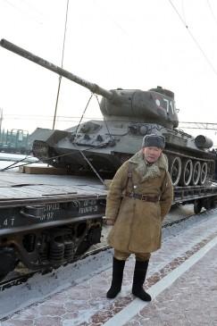 Актёр, принимавший участие в фильме «321-я Сибирская», пришёл на встречу  с бронированными раритетами