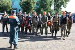 Бойцы сводного отряда добровольцев получают задание  от представителя МЧС
