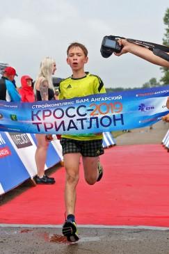 На финише — самый юный участник нынешних соревнований Семён Трухин
