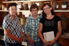Автор издания «Книга мамы» Ирина Лучакина (справа) со своей родной тётей Лидией Гуревской (в центре), а также хранительницей музея в Тургеневке Валентиной Гуревской, муж которой приходится родственником приехавшим женщинам