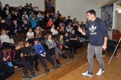 Геннадий Голубчиков рассказывает детворе, как избежать неприятностей в условиях гололёда