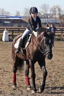 Кристина Баймеева благодарит лошадь Диану за хорошо выполненную работу