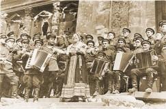 Концерт Лидии Руслановой в Берлине, у Бранденбургских ворот, 2 мая 1945 года