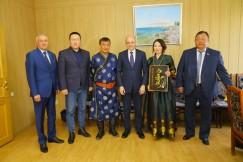 Людмила Берлина много сил отдала для развития родного поселка. В ее честь на фасаде школы открыли мемориальную доску.
