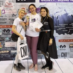 Софья Шилкина (в центре) и ее модель и наставник  в одном лице Ирина Машкова (слева) вместе покоряют олимпы чемпионатов.