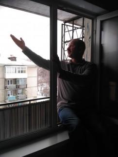 Согласно плану квартиры Александра Чусовитина, чужого балкона за окном его спальной комнаты нет. По факту же, увы, есть.