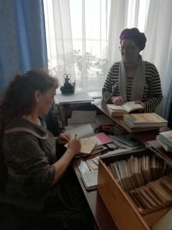 Светлана Ершова работает в библиотеке 45 лет. Она хранит летопись Харет, собирает сведения об известных людях села, поддерживает в порядке книжный фонд и проводит мероприятия, чтобы люди всегда с интересом и  большим желанием посещали родную библиотеку.