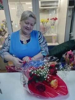8 марта салоны цветов работают с раннего утра до последнего клиента. Поток страждущих не иссякает весь день.