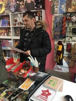 Продавец магазина сувенирных товаров сообщил, что зло- умышленники обходят его торговую точку стороной, но в случае чего он знает, как надо действовать.