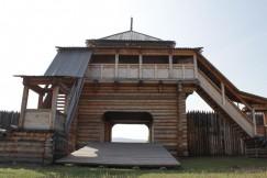 В проезжих воротах Братского острога — лестницы  без гвоздей и ворота без металлических петель