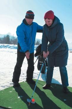 Попробовать свои силы в гольфе мог любой желающий. Специалисты подробно разбирали с начинающими тактику удара.