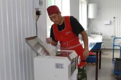 Мастер на все руки Михаил Тумуров приехал в Ей из села Одинск Аларского района. Мужчина может и бууз налепить, и мебель сделать.