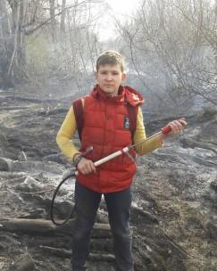 А это Валентин Никифоров, ученик 6-го класса школы № 42 Иркутска. Днем 7 мая, возвращаясь из школы, Валентин увидел, как горит трава на большой площади на улице Шахтерской (поселок Жил-кино). Шестиклассник позвонил пожарным, затем схватил палку и начал сбивать огонь, который стремительно подходил  к деревянным гаражам и кладовкам. А когда увидел пожарных, выбежал на дорогу и показал, с ка-кой стороны нужно подъехать. Но и после этого школьник не ушел, он попросил ранцевый огнету-шитель и помог им потушить пожар. Общая площадь пожара составила более 1000 квадратных мет-ров. Руководство Иркутского пожарно-спасательного гарнизона не оставит без внимания поступок Валентина Никифорова