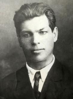 Какое красивое лицо! Какой человечище был! Хорошо хоть успел жениться. Звали его Матвей Николаевич Кобелев — дед нашей героини. Он родился  в 1897 году, работал председателем Рудкома на рудниках Слюдянки.  27 ноября 1937 года его арестовали и объявили врагом народа. Расстреляли в 1938-м в Пивоварихе, на полигоне НКВД, а родным написали, что умер на рудниках от туберкулеза. Реабилитирован в 1957 году посмертно