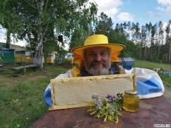 Леонид Черепанов пчеловодством занимается с 1991 года. При этом он профессиональный зоотехник, окончил Иркутский сельскохозяйственный институт. По словам Леонида Иннокентьевича, ответственный пчеловод всегда трезво оценивает свои силы и никогда не будет гнаться  за количеством меда, потому что  это зачастую приводит к ухудшению  его качества