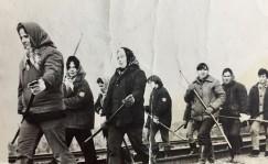 монтеров пути. Впереди шагает Людмила Павлюкевич (фото конца 1960-х).
