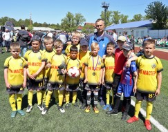 Победители турнира — мальчишки из «Зенит-Мастера»,  и их тренер Сергей Духовников