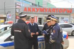 Сотрудники полиции проводят оперативное совещание по поводу своих дальнейших действий.
