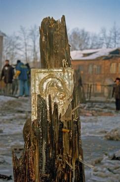 Люди молились на уцелевшую икону