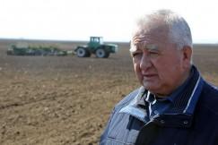 Виталий Шадрин, директор АО «Большееланское»: «Сеем перекрестным методом — это когда по одному и тому же месту сеялка проходит дважды. Расход зерна, конечно, увеличивается, как и затраты на ГСМ, но, как показывает практика прошлых лет, урожайность получается более высокая».