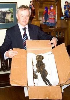Один из случаев нахождения мумии в нашем регионе, о котором «СМ Номер один» не раз писал еще в 2000-х. Эту мумию трехмесячной девочки, прозванную Байкальской Принцессой, обнаружили в 2002 году в районе Большого Голоустного. Предположительно, тельце было мумифицировано с помощью сибирских трав, может быть эссенциальных масел, благодаря чему за несколько столетий прекрасно сохранилось. На фото — директор этнографического музея «Тальцы» Владимир Тихонов с находкой.
