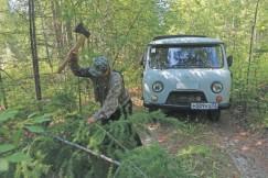Топор Александр Бельков достаёт только в крайнем случае — например, чтобы срубить упавшее дерево