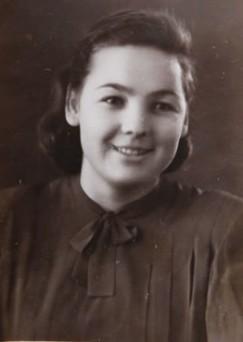 В Иркутское педагогическое училище Валя Софьина поступила после 7-го класса