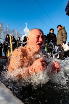 Купание в проруби — ни с чем не сравнимое ощущение! Так говорят те, кто находит в себе смелость окунуться в воду.